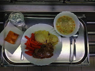 Dnešní oběd v naší školní jídelně: Polévka 1. čočka po brněnsku, chléb, salát z bílého zelí s kukuřicí a sojovými klíčky - nepodařilo se mi vyfotografovat 2. vepřový plátek dušený, šťouchané brambory, dušená baby karotka Moučník - piškot s ovocným pudinkem Nápoj - pitná voda, džus - dle výběru #zsplananadluznici