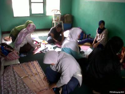 Sekolah Ibu Lebak Gede 12 Januari 2013 lanjutan menjahit baju