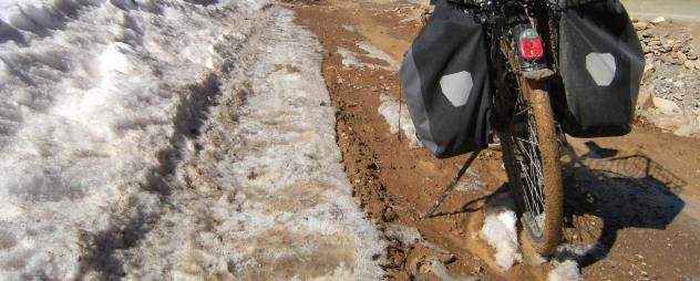 Panther Dominance Trekking im Schlamm mit Ortlieb-Satteltaschen auf dem Weg von der Dades- in die Todra-Schlucht, Marokko