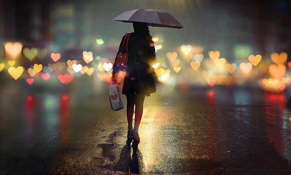 cô gái đi trong mưa ngày cuối Hạ