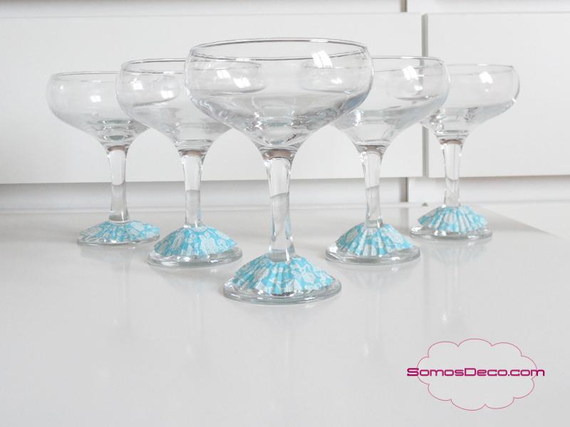 Idea económica para decorar las copas en Navidad.