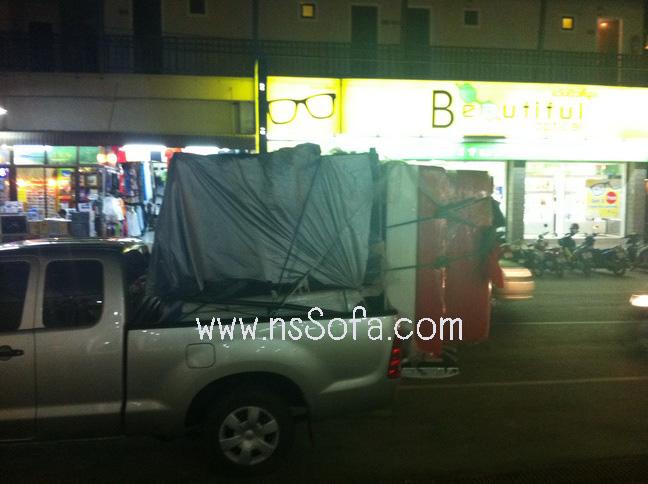 โซฟาสั่งทำ ที่ ร้านไอติม เกาะช้าง (Ice Cream Shop @ Koh Chang) เป็น โซฟาหนังเทียม (PVC) สีขาว Frame สีแดง 3 ตัว  โซฟาหนังเทียม (PVC) สีแดง Frame สีแดง 3 ตัว ประกบหลัง สลับสี