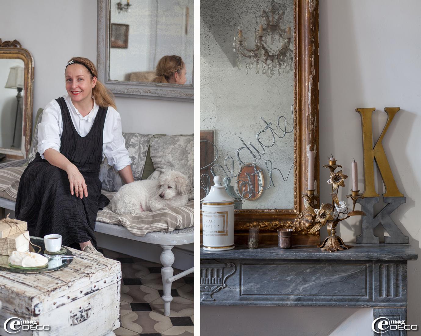 Sur une cheminée d'époque en marbre, un grand miroir doré chiné en Angleterre, un ancien pot d'apothicaire en porcelaine blanche et un bougeoir à fleurs de lys