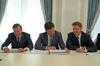 Rosja. Goście spotkania na Kremlu - od prawej - doradca prezydenta ds. gazu ziemnego, minister energetyki i minister transportu