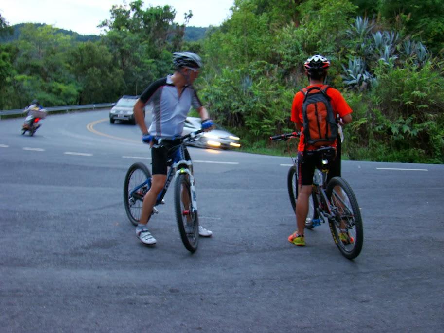 Ciclistas de fin de semana subiendo a la sierra