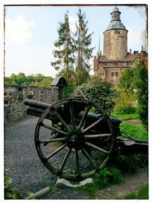 na zdjęciu widoczne armaty przed zamkiem Czocha