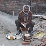 Un ouvrier cuisine son petit déjeuner, Delhi