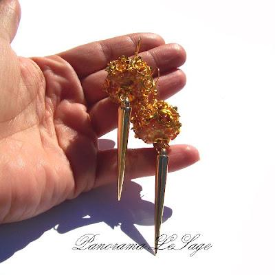 Kolczyki długie wiszące złoto złote róże kule na bogato z kolcami ćwieki błyszczące glam róże złote Rose Gold Panorama LeSage Blog