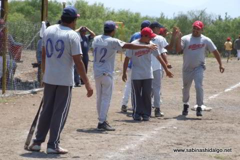 Lázaro Sánchez felicitado por Albures A en el softbol del Club Sertoma