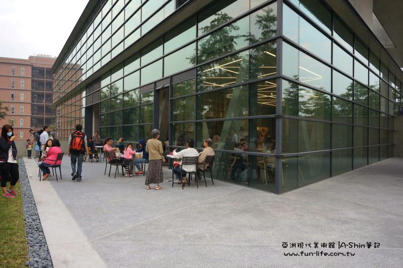 這角落擠滿不少人,亞洲現代美術館人潮聚集地