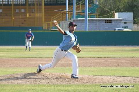 Luis A. Valle lanzando por Cerveceros en el beisbol municipal