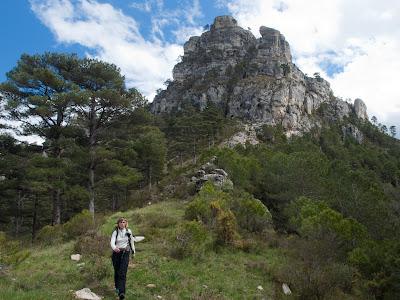 Arribant al Coll de Lloret amb la Roca Xapada al fons