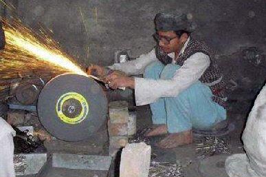 Как делают парикмахесркие ножницы в Пакистане...