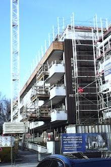 Gebäude, eingerüstet mit Kran.