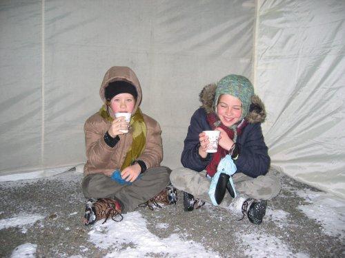 Deze twee jonge dames vinden het ook leuk. En de grond is niet koud blijkbaar.