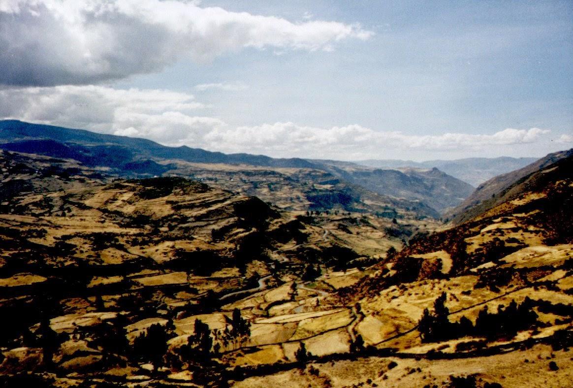 2000 Meter tiefer hat sich die Landschaft völlig gewandelt. Kleine Dörfer und Terrassenfeldbau im Tal der Rio Lomas.
