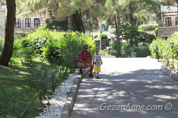 Bodrum Park Resort'ta bahçede dolaşırken