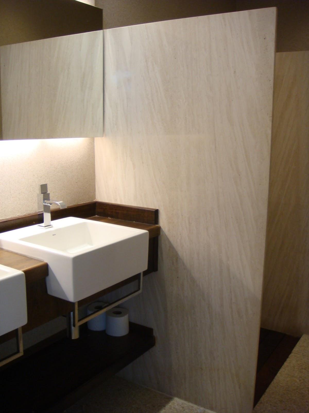 Detalhe do banheiro com bancada em madeira fulget nas paredes e  #876A44 1200x1600 Bancada Banheiro Limestone