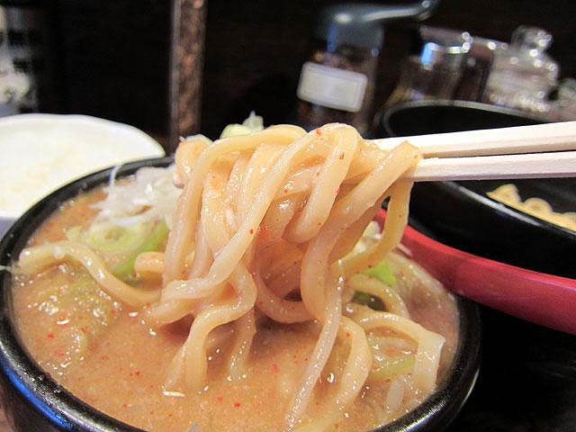 つけ汁に麺を入れてます。ドロドロのつけ汁が麺によく絡む。