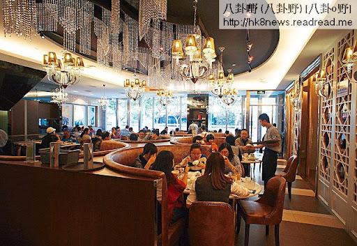 翠華在上海的分店全部萬呎巨鋪,裝修較香港分店豪華,菜式種類亦較豐富,增加了水煮魚等小菜,店鋪門口則設玻璃櫃賣麵包。(關永浩攝)