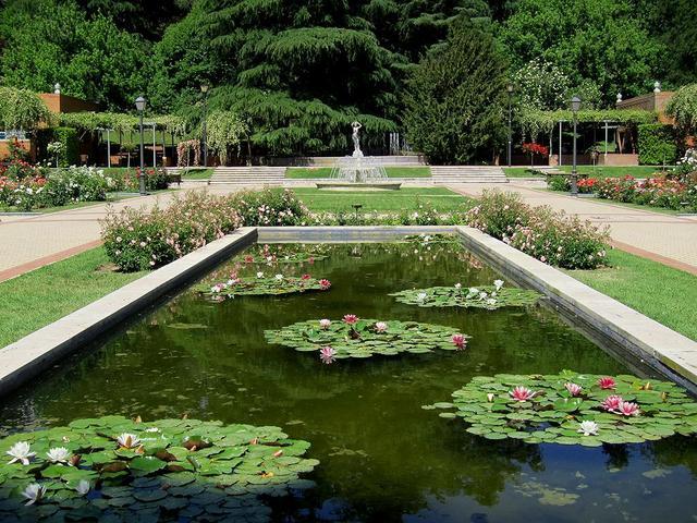 rosaleda del parque del oeste i los jardines viendo madrid
