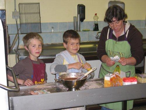 18 april was het terug zover! Koken voor kids! Onder begeleiding van een team enhousiaste kookouders. Hier legt Goedele uit hoe de jongens de chocoladevla moeten klaar maken.