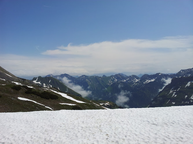 Blick vom Weg über Schnee zu vielen Gipfeln