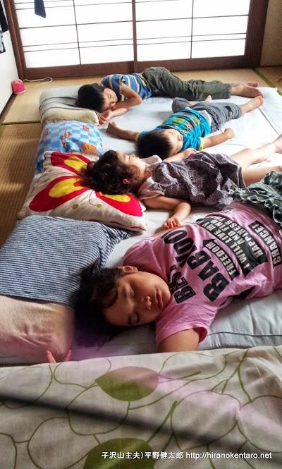 運動会終わり疲れて昼寝する子供たち