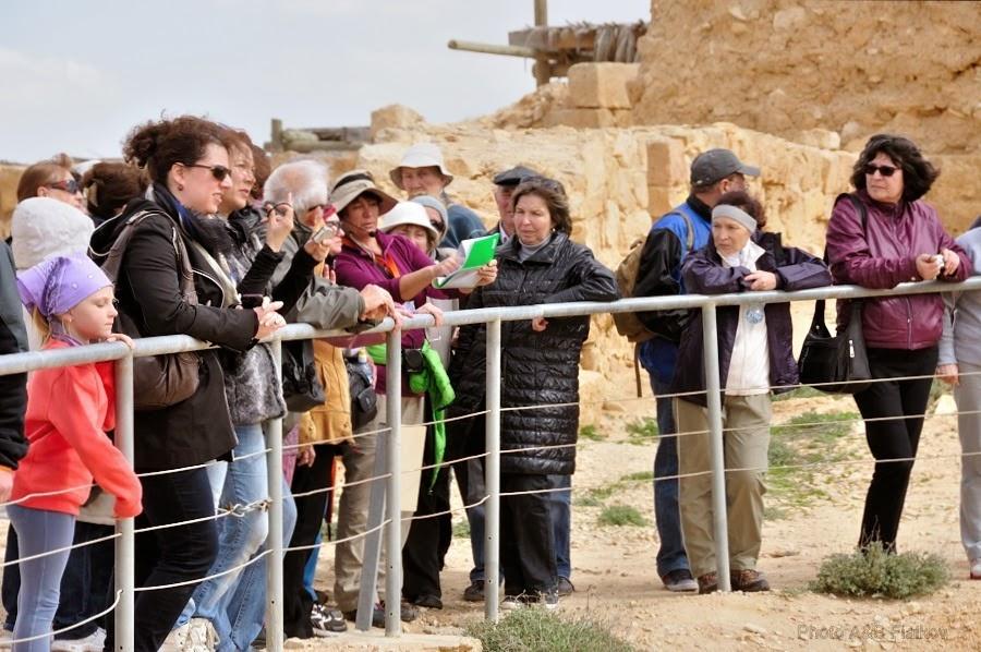 На обзорной площадке древнего набатейского города Мамшит. Рассказ о снабжении города набатейцев водой. Экскурсия гида Светланы Фиалковой.