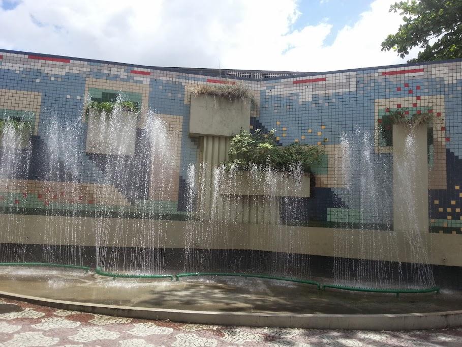 Praça com chafarizes