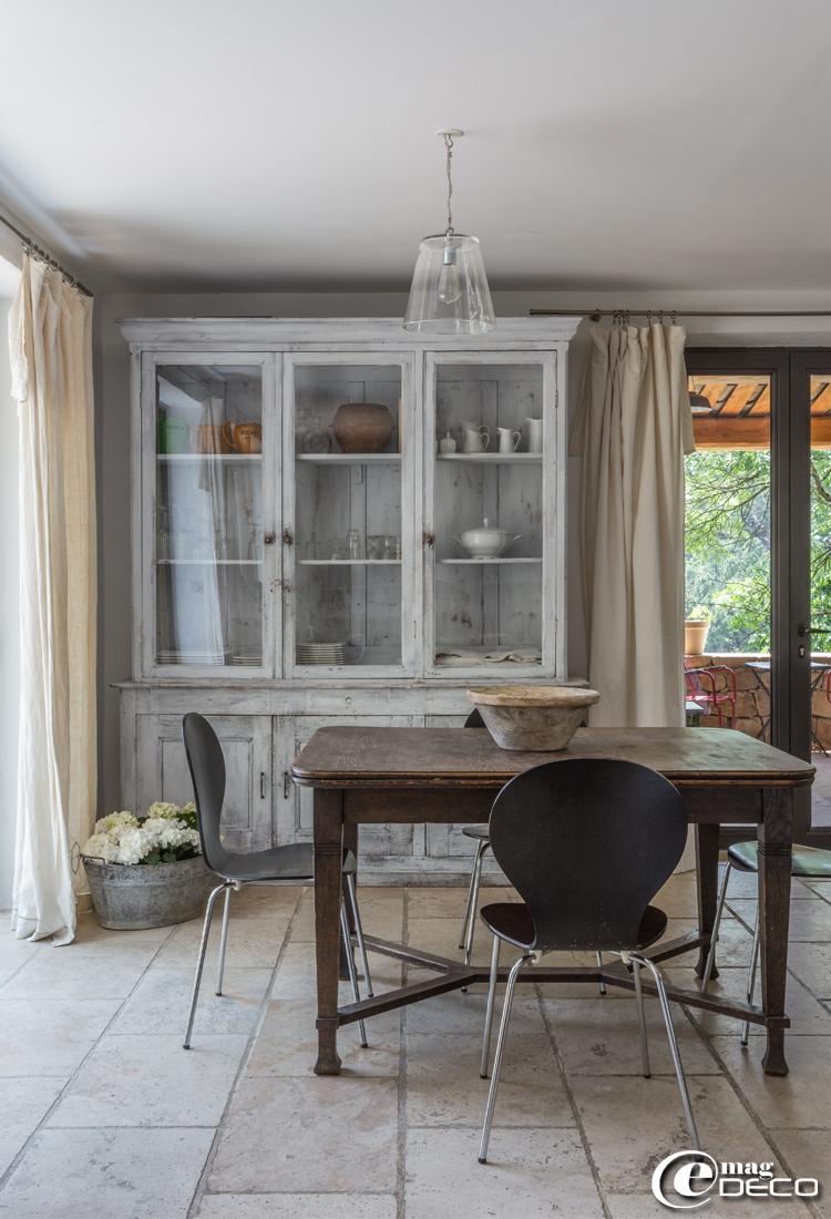 Chaises 'Jazz' éditées par 'Kave Home', bibliothèque détournée en vaisselier, rideaux confectionnés à partir d'anciens draps de lin avec monogrammes, chez 'Esprit de Famille'