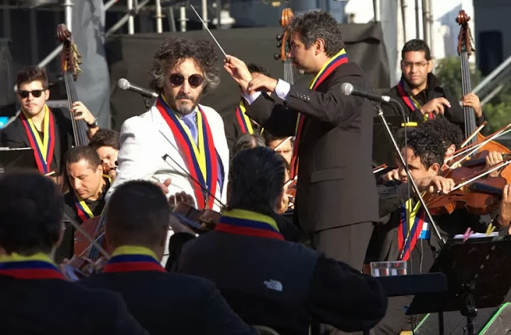 Argentine rock singer Fito Páez performing with the SBSOV under the baton of maestro César Iván Lara.