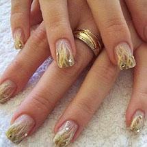 unhas decoradas de branco e dourado para o Réveillon