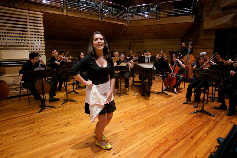 La soprano Cristina Núñez interpreta a Serpina, una joven criada que se cree la dueña de la casa