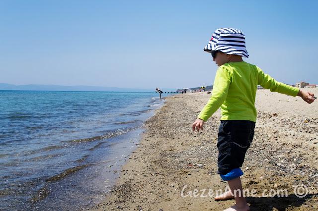 Ayvalık Sarımsaklı plajında denize taş atarken