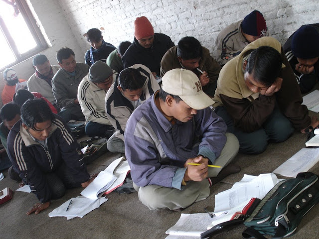 Chrétiens au Népal en étudiant les Ecritures