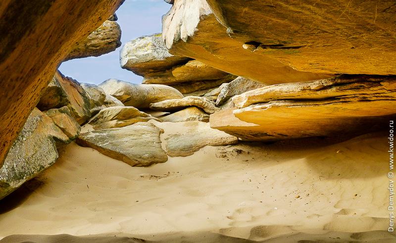 Здесь очень красиво, особенно в ясную погоду, когда солнце освещает песок и камни с их невероятной текстурой.