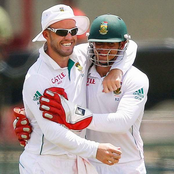 South Africa's AB de Villiers (L) celebrates with teammate Quinton de Kock after taking a catch to dismiss Sri Lanka's Kaushal Silva (not pictured) during the first day of their second test cricket match in Colombo July 24, 2014.