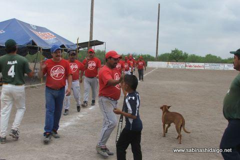 Saludo de equipos en el softbol del Club Sertoma