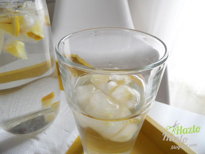 Cómo hacer cubitos de hielo con limón.