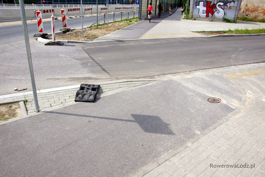 Komuś z projektantów wydaje się, że rowerzysta skręca pod kątem prostym. LUDZIE to nie klocki lego. Słyszeliście o skrajni?