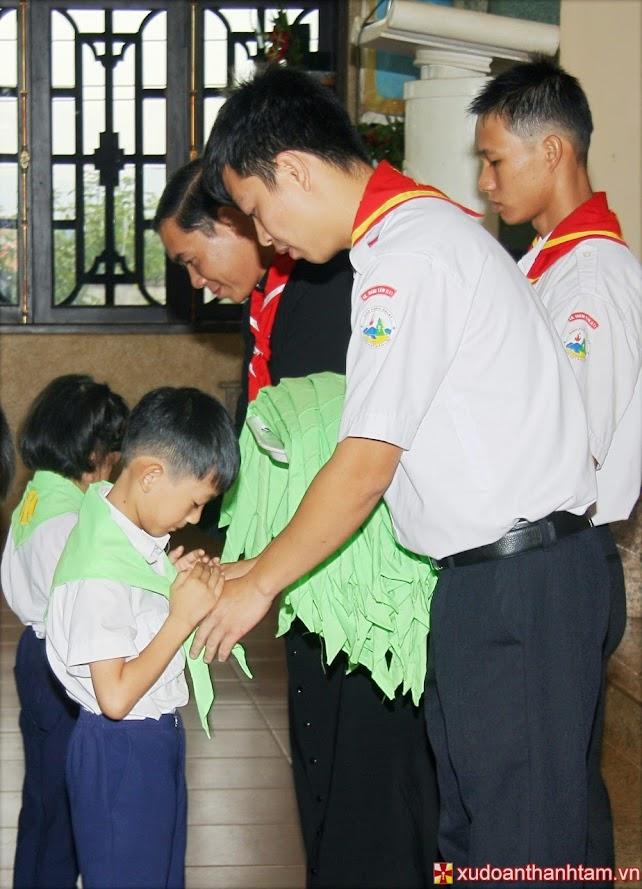 Trao khăn cho các em Ấu Nhi
