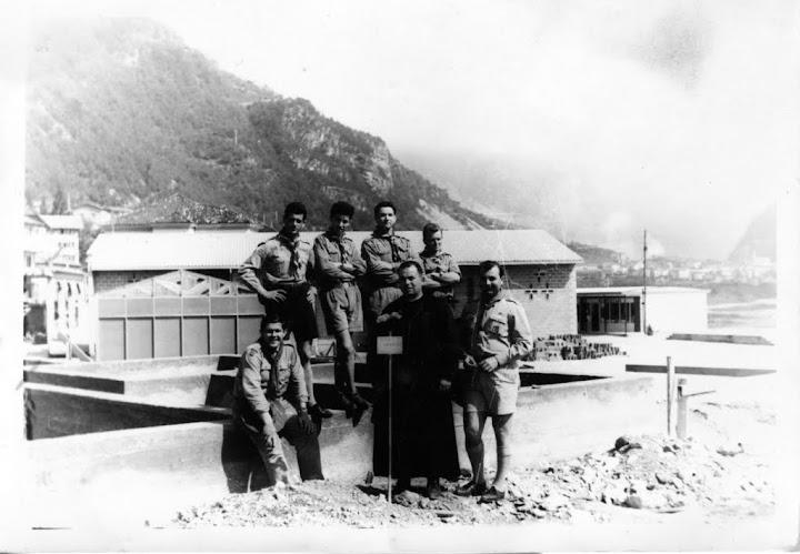 Don Ottorino Cariolato con i capi scout a Longarone dopo la tragedia del Vajont