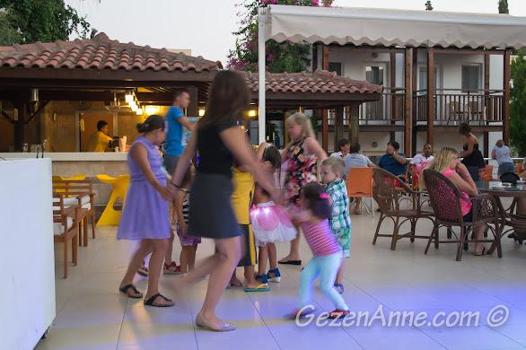 Bodrum, Bitez Garden Life'ta mini club'ta dans ederken