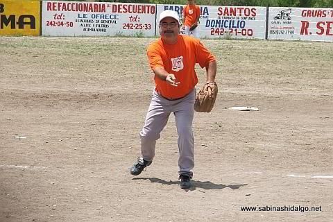 Víctor Manuel Rodríguez lanzando por Albures V en el softbol del Club Sertoma