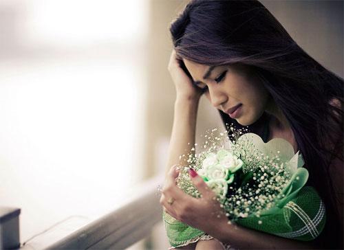ảnh phụ nữ khóc vì được nhận hoa