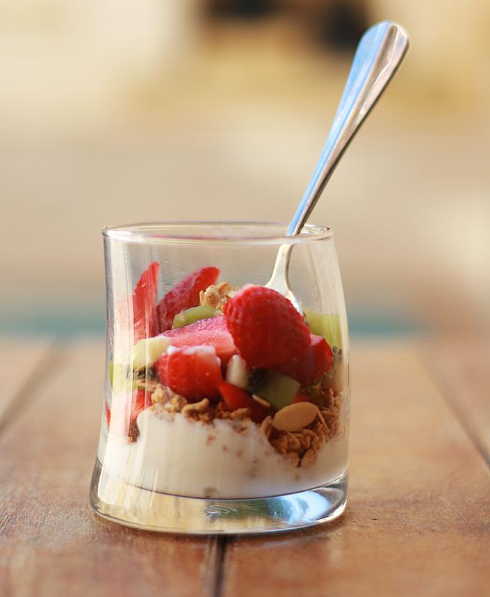 petits-déjeuners sains et rapides, recette de petit-déjeuner, que manger le matin, recette yaourt parfait, recette porridge flocons d'avoine