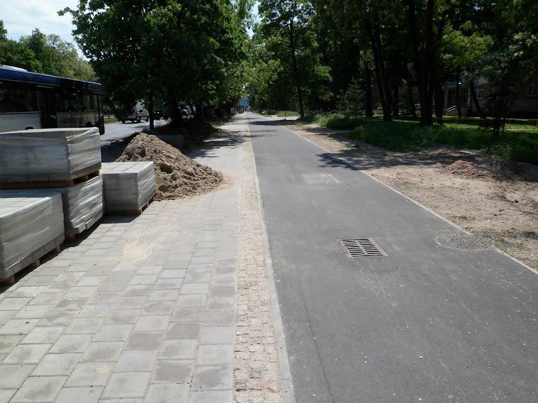 Tutaj powinny pojawić się separatory, aby uniemożliwić przejazd po DDR i chodniku pod ZSP 17 (co zdarzało się codziennie).
