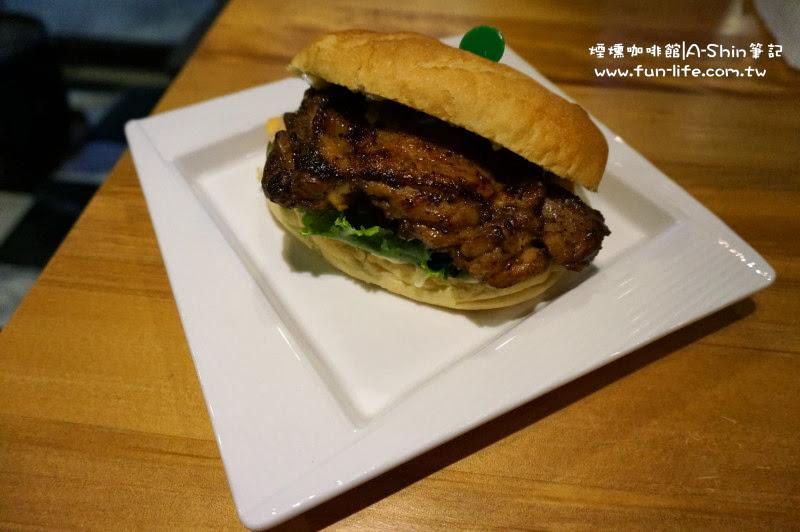 煙燻咖啡館 辛香嫩烤雞腿排風味堡 @150元/個