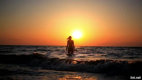 ảnh cô đơn dưới biển lúc chiều hoàng hôn